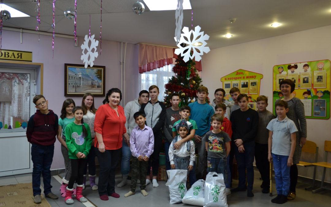 Новогодние подарки детям детского дома