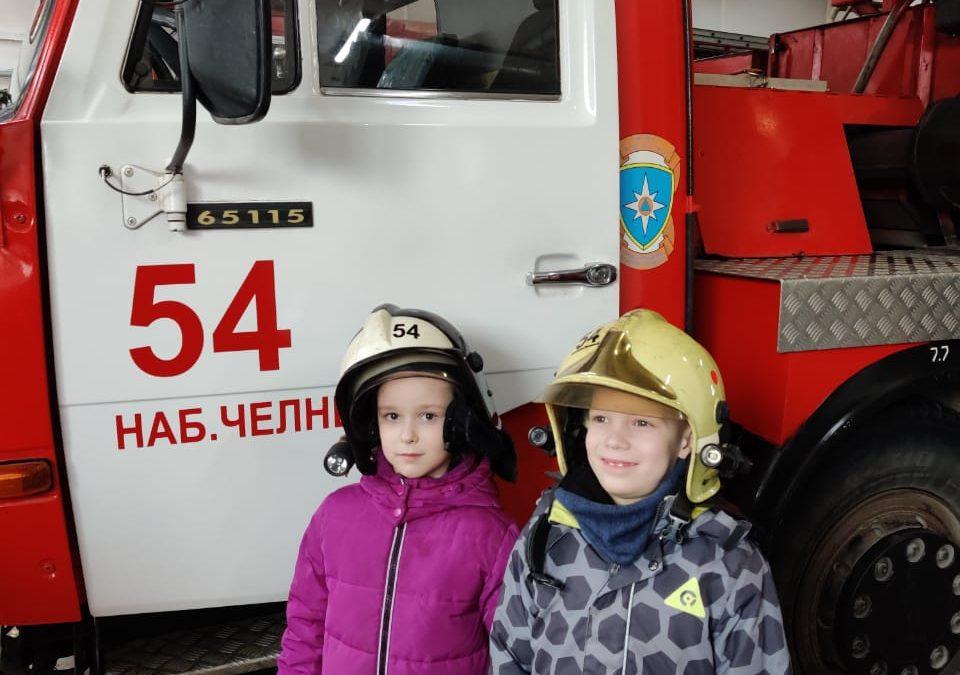 Экскурсия: ребята примерили экипировку пожарных