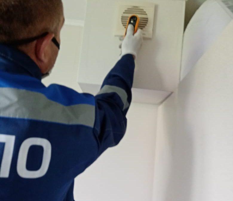 Работники ВДПО проводят проверки  вентиляционных  и дымовых каналов.