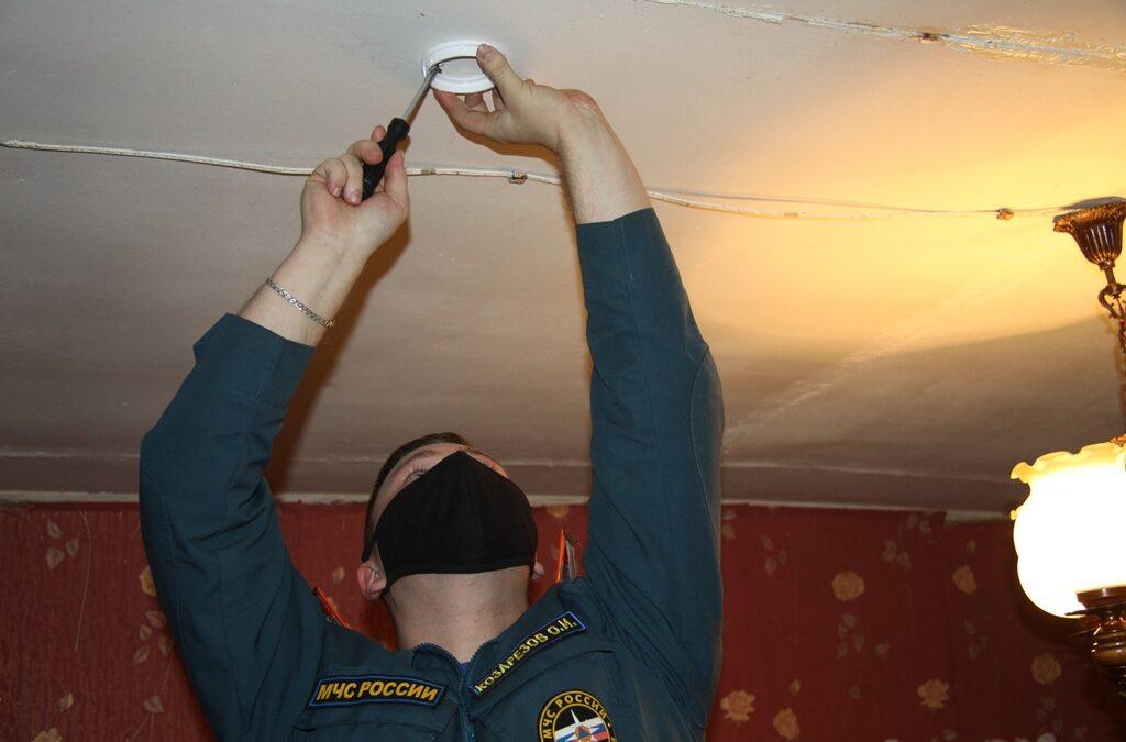 В Зеленодольском районе продолжается работа по установке пожарных извещателей.