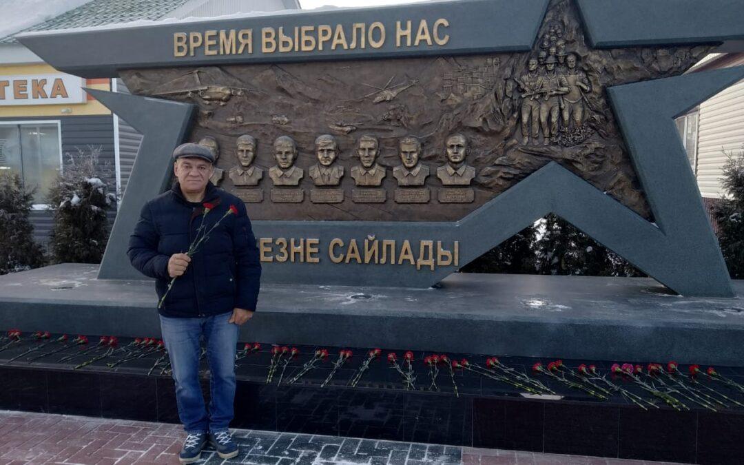Возложение цветов у памятника